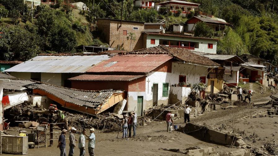 Жертвите на свлачището в Колумбия вече са над 60