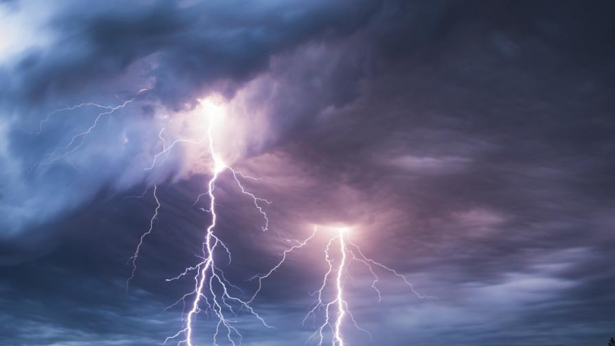 Бури, ураганен вятър и паднали дървета в страната