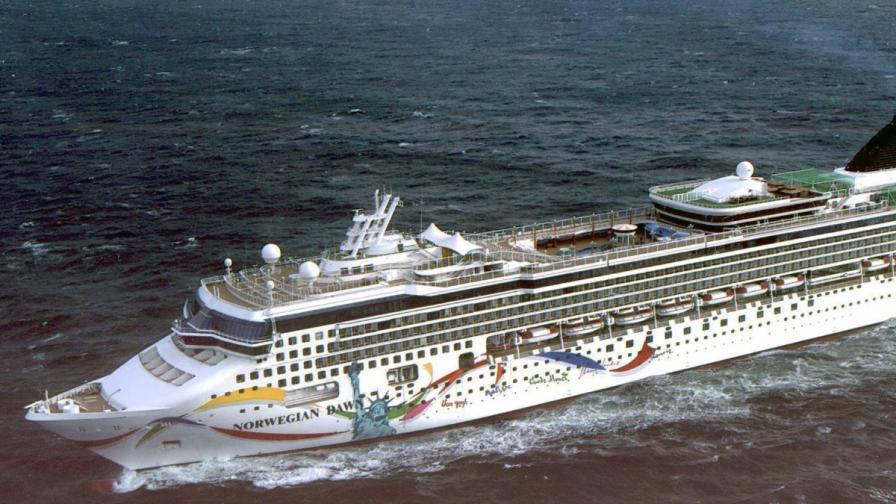 Норвежки лайнер с 4000 души на борда заседна край Бермудите