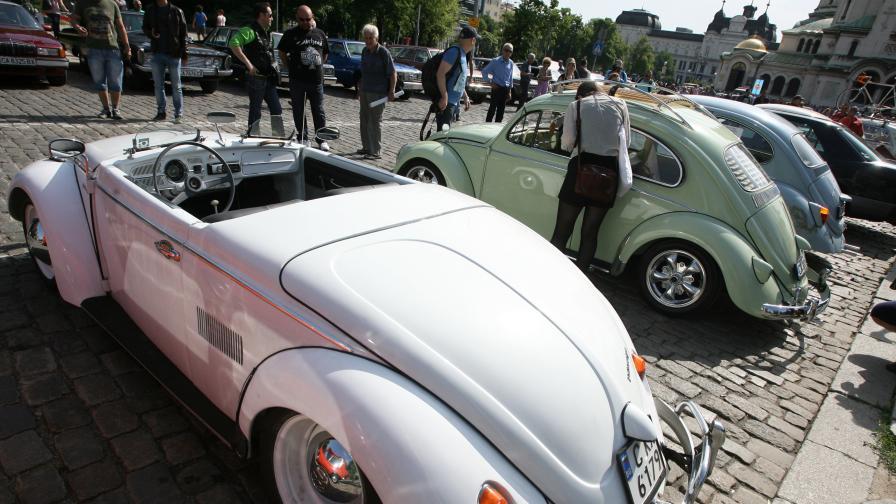 Ретро кола, карана от Брус Уилис, на парада в София