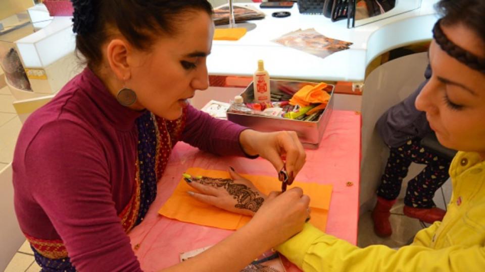 Стела Христова – Сачи рисува с къна върху ръката на жена