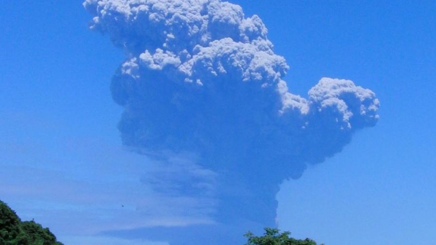 Вулкан изригна внезапно на малък остров в Япония