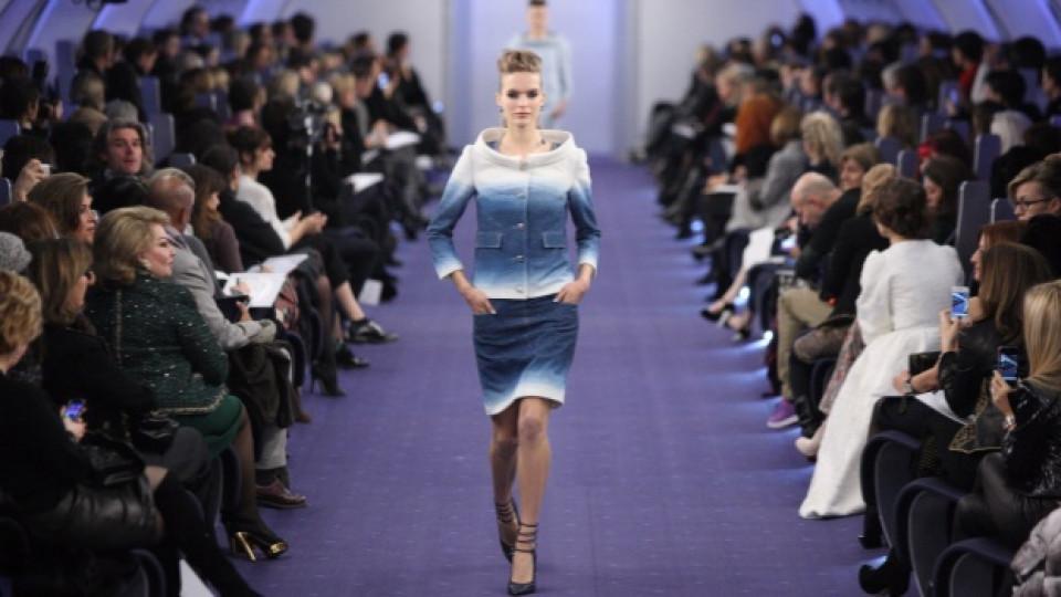 Синият нюанс бе основен акцент сред тоалетите от последната колекция на Шанел