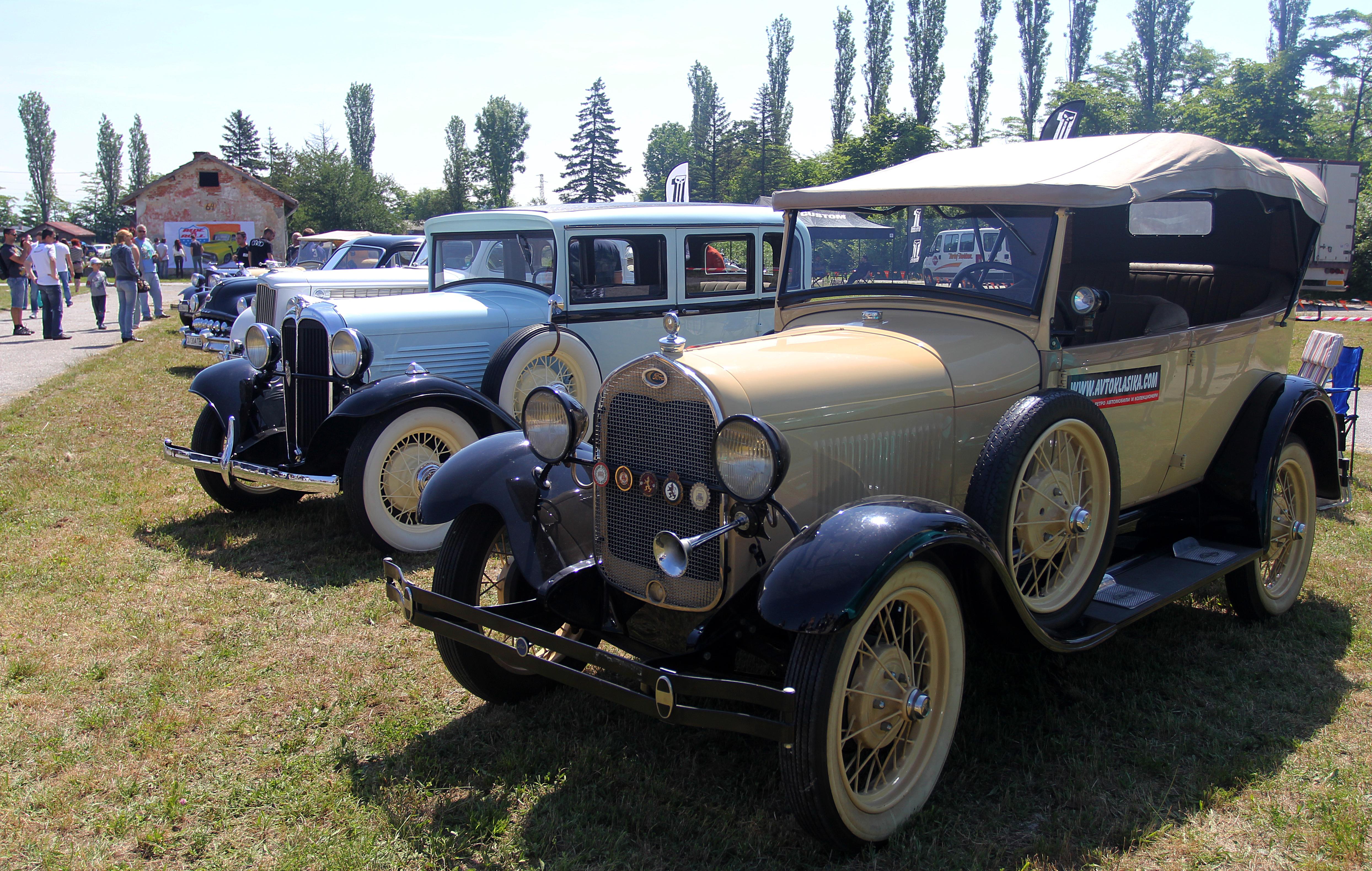 "Уникални ретро автомобили ""дефилираха"" в Банкя"
