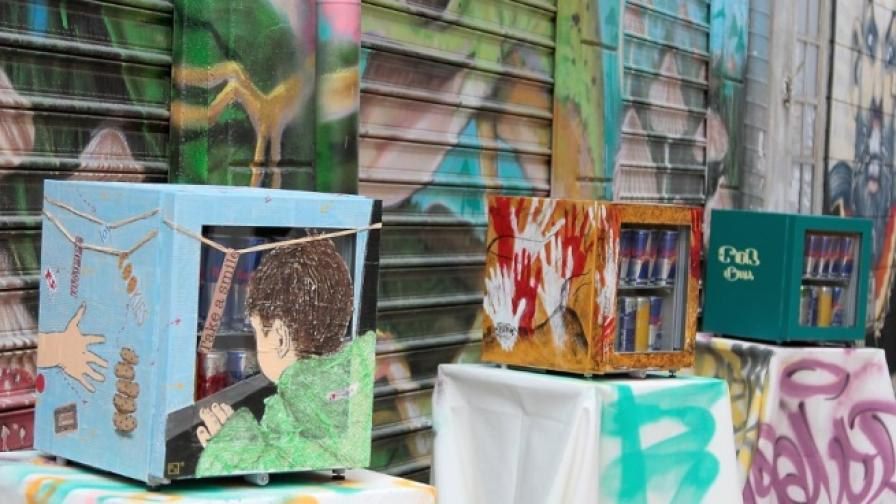 Aртисти превърнаха в изкуство мини хладилници на Red Bull