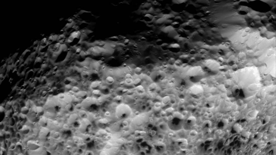 """Касини"" направи нови снимки на сатурновата луна Хиперион"