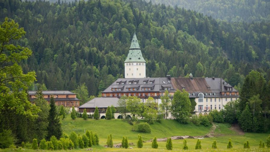 """Замъкът """"Елмау"""" – където се срещат лукс, минало, природа и световни лидери"""