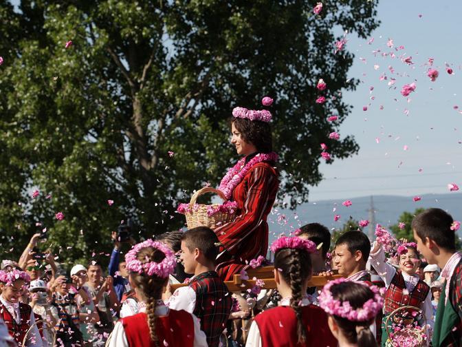 В този ден, в неделя, град Казанлък е най-тържествен. Това е кулминацията, върховият ден от Празника на розата. Цялата пъстрота на града излиза в дефиле по централната улица на града и се представя пред гости и съграждани в протежение на над 2 километра.