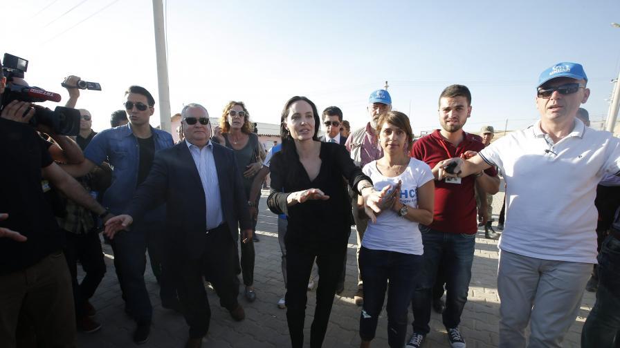 Джоли посети бежански лагер в Турция (видео и снимки)