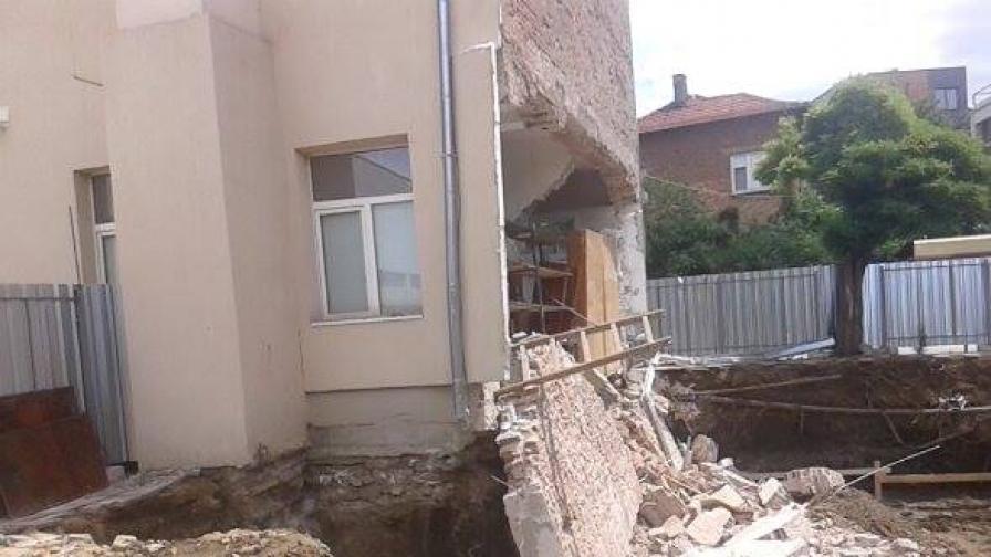 50 кв.м стена падна от Природо-математическа гимназия в Казанлък