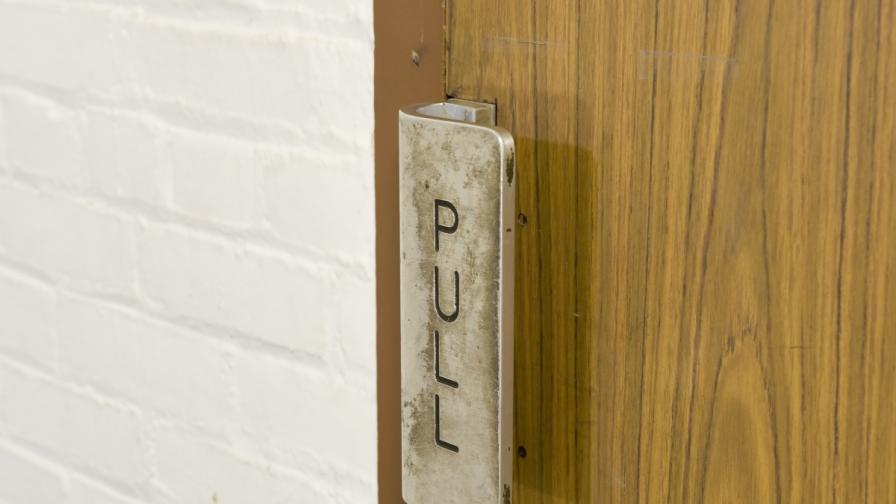 Ученици изобретиха дръжка за врата, която убива микробите