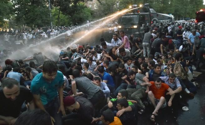 При разпръсването на първия протест бяха задържани 237 души