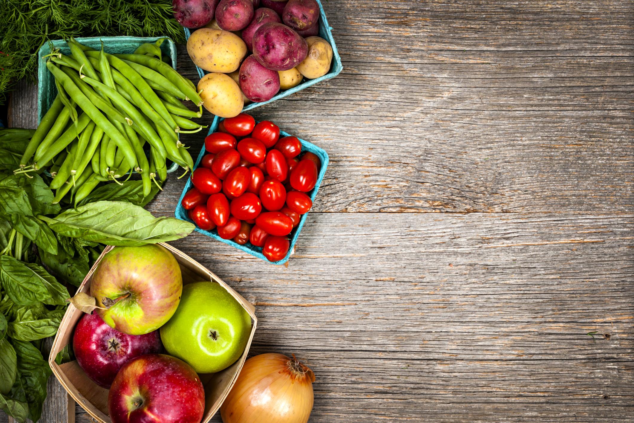 Хранете се с повече зеленчуци. Те са богати на витамини, които са важни за тялото. Когато имате възможност ги яжте сурови. Сезонът на зелето е сега, може да си правите всяка вечер хубава голяма салата от прясно зеле, моркови. С подходящ дресинг ще имате прекрасна гарнитура към вечерята.