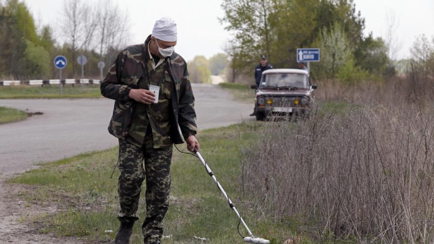 Служител измерва радиацията недалеч от атомната централа в Чернобил