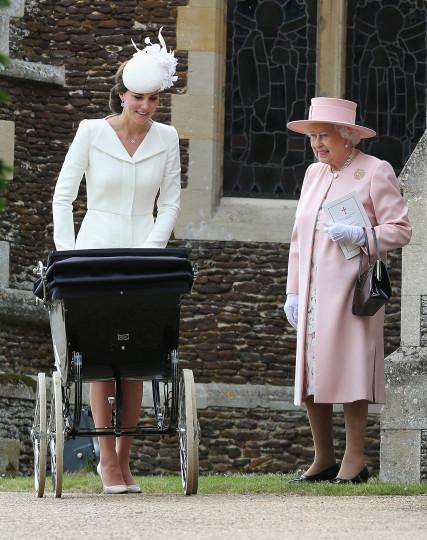 Снимки от кръщенето на принцеса Шарлот Елизабет Даяна, Сандрингам, Източна Англия, 05.07 - Кейт Мидълтън, принцеса Шарлот (в бебешката количка) и кралица Елизабет II