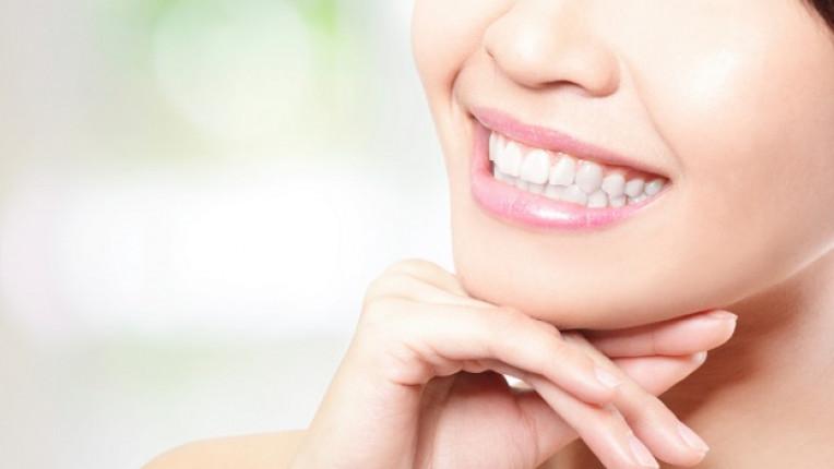 уста усмивка зъби