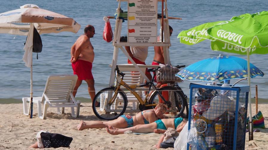Десетки плажове остават неохраняеми