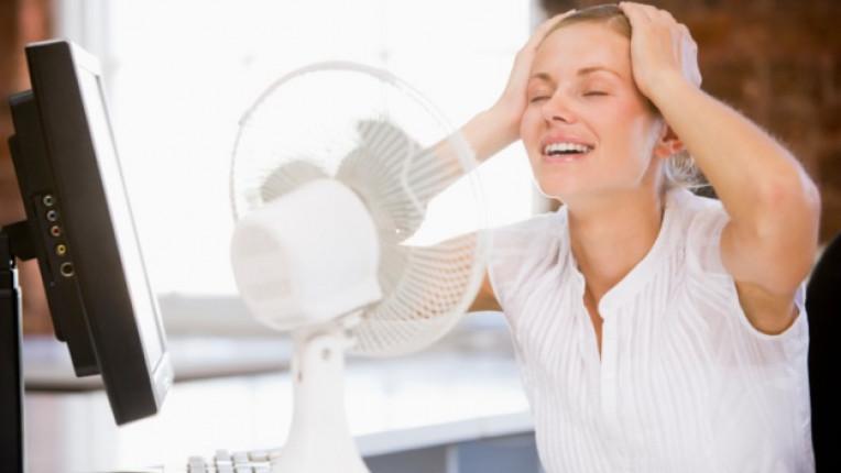 жена офис горещо лято вентилатор