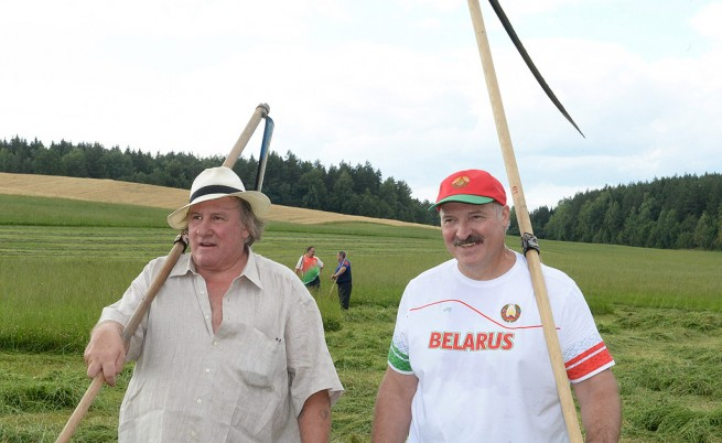 Лукашенко учи Депардийо да коси трева и го пои с домашна водка