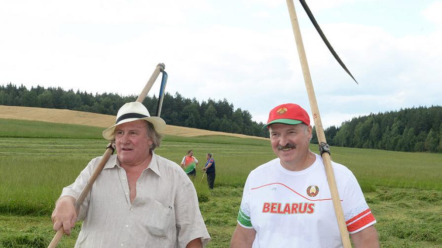 Лукашенко учи Депардийо да коси и го пои с домашна водка