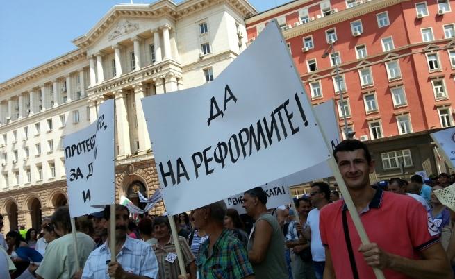 Стотици на протест срещу повишението на цената на тока