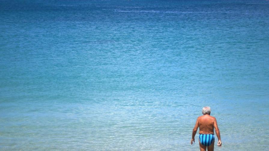 Мъж преплува 800 метра, за да се ожени за 65-годишната си годеница