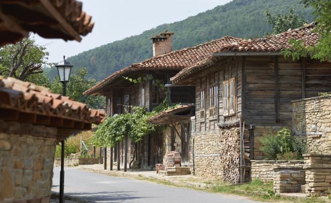 <p><strong>5. Село Жеравна</strong> -&nbsp;То се намира в Югоизточна България, в община&nbsp;Котел, област Сливен. Жеравна е световен архитектурен паметник. Ако решите да посетите това място - не пропускайте да разгледате няколко от къщите на видни наши възрожденци, а също и родната къща на Йордан Йовков.&nbsp;</p>