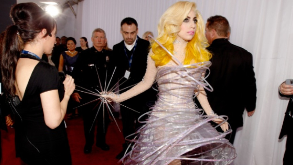 """Лейди Гага с роклята на """"Армани"""", която предизвика доста дебати по време на наградите """"Грами"""" през 2010 г."""