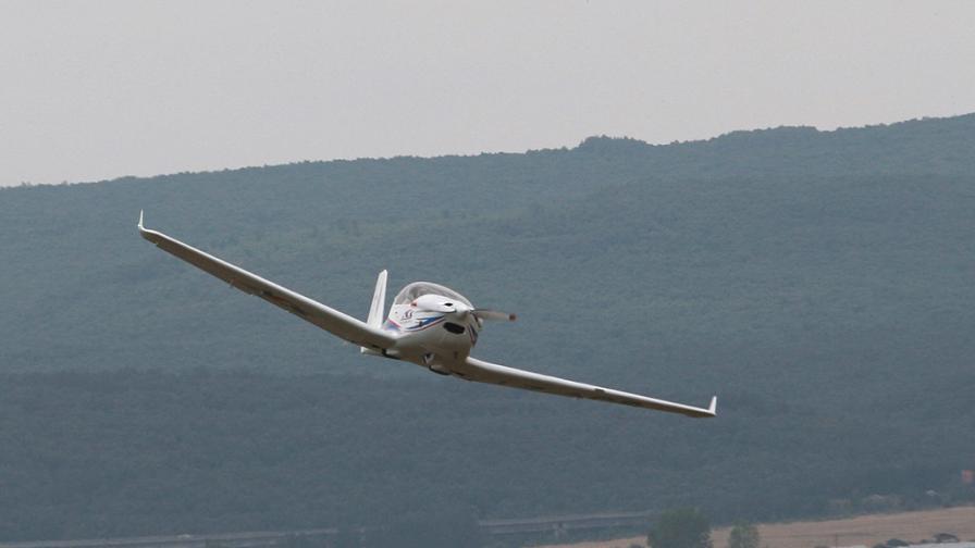 Самолет се разби край Костенец, двама загинали