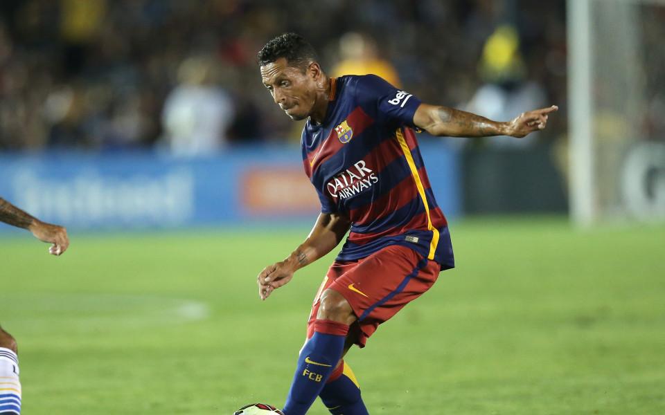 Барселона продава Адриано на Рома