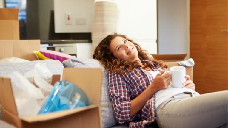 щастлива жена се мести