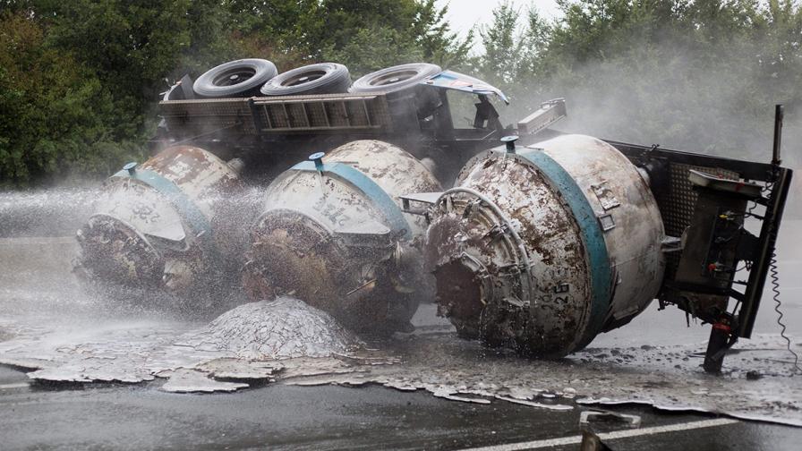 Камион разсипа течен алуминий и предизвика пожар на магистрала в Германия (снимки)