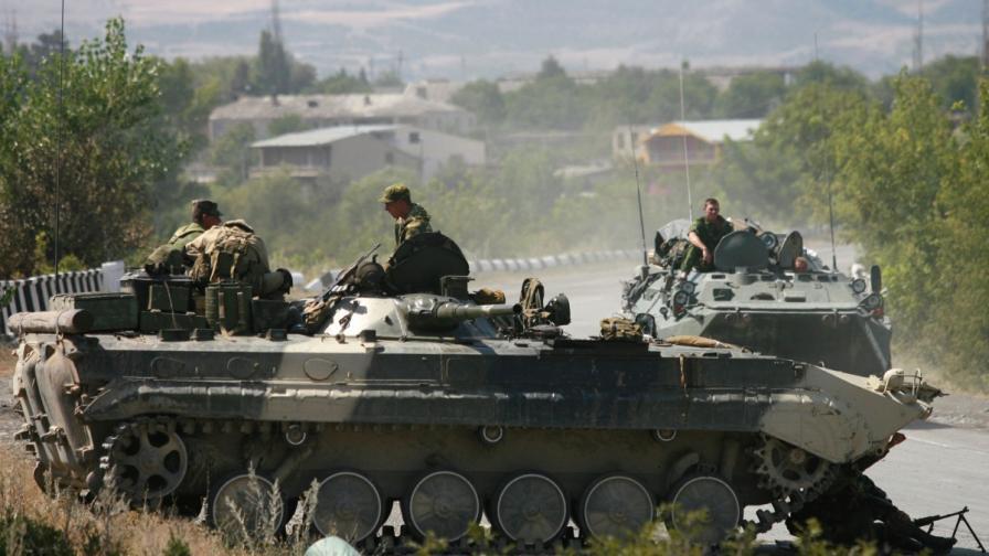 Пияни руски войници тръгнаха с БТР из града