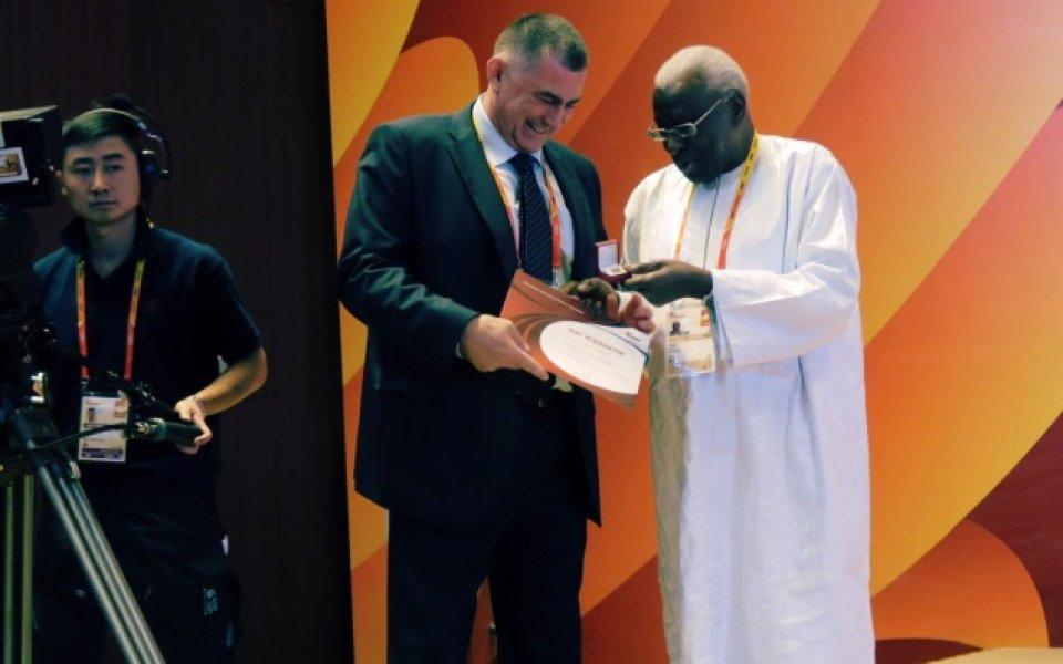 Президентът на БФЛА със златна значка от ИААФ