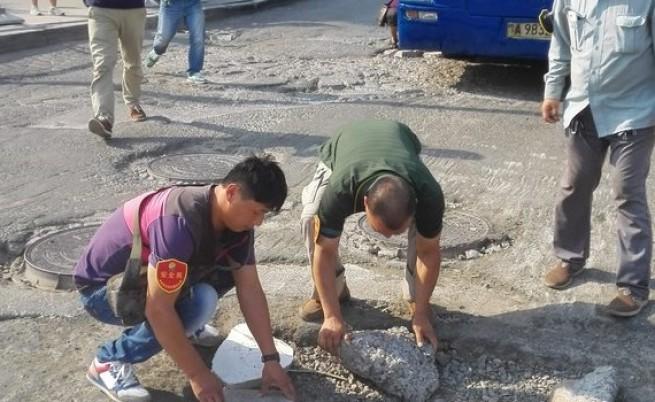 Китайски шофьори на борба с дупките