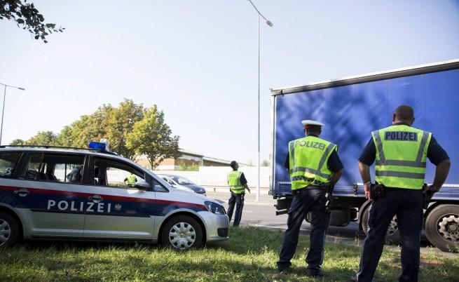 Австрийската полиция откри 42 бежанци, скрити отново в хладилен камион