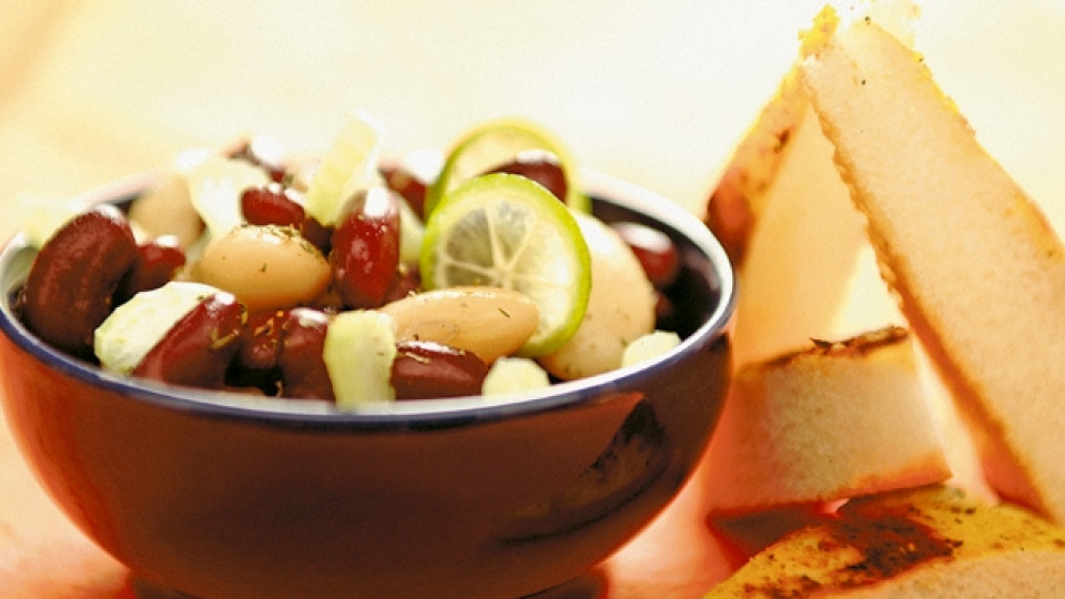 Бобена салата с билков хляб