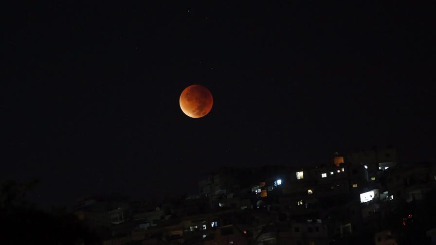 Земята закри Луната в зрелищен спектакъл (видео)