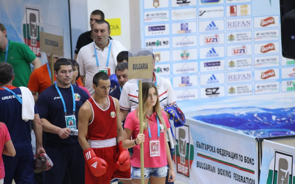 България започна със загуба на Световното по бокс