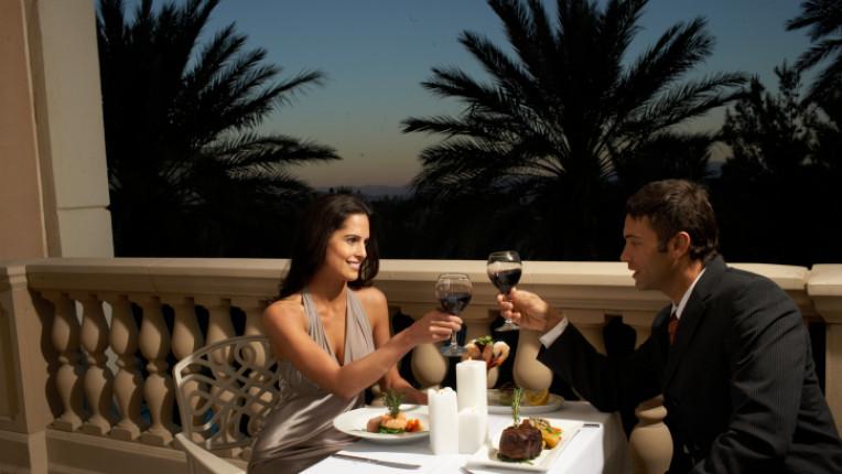 вечеря ресторант прибори среща вино чаши