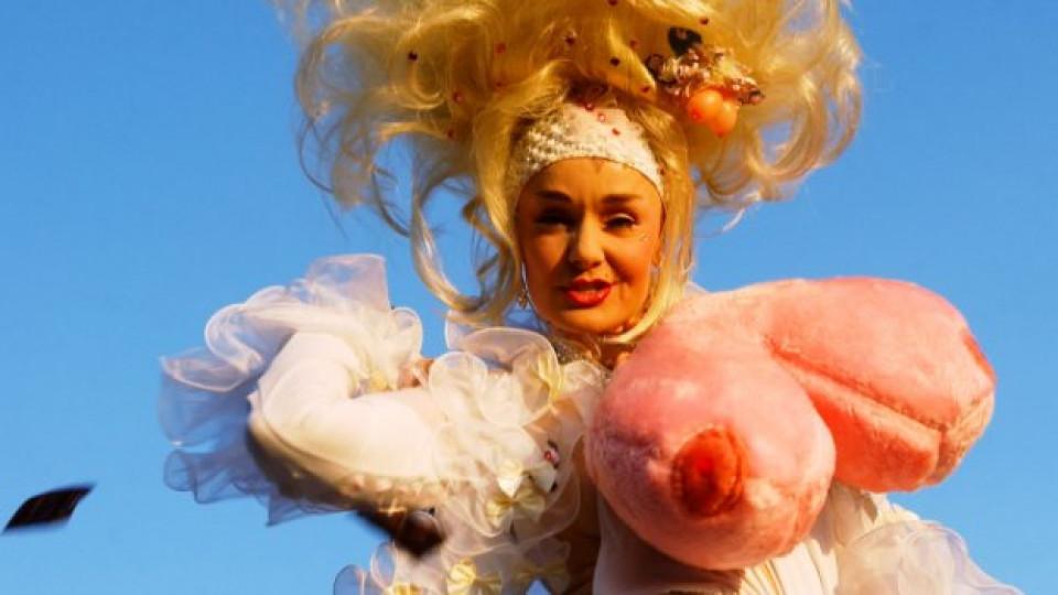 Роби Бреастнът в оригинален костюм се явява на конкурса Мис Екзотик Свят в Лас Вегас