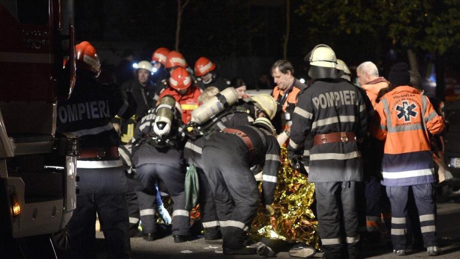 Пожарникари се грижат за един от пострадалите от пожара