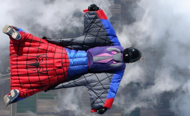 спайдърмен костюм летене