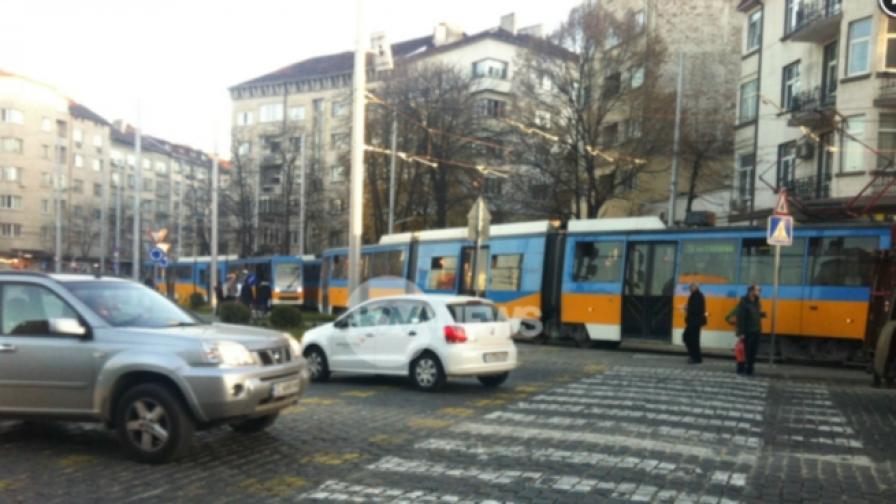 Кола засече трамвай на Руски паметник, предизвика задръстване