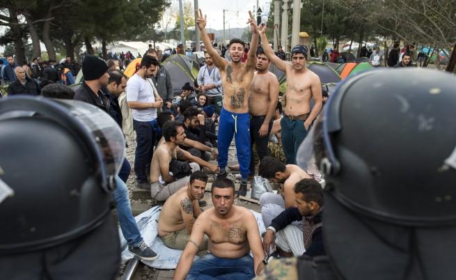 Бежанци протестират голи, Македония не ги пуска