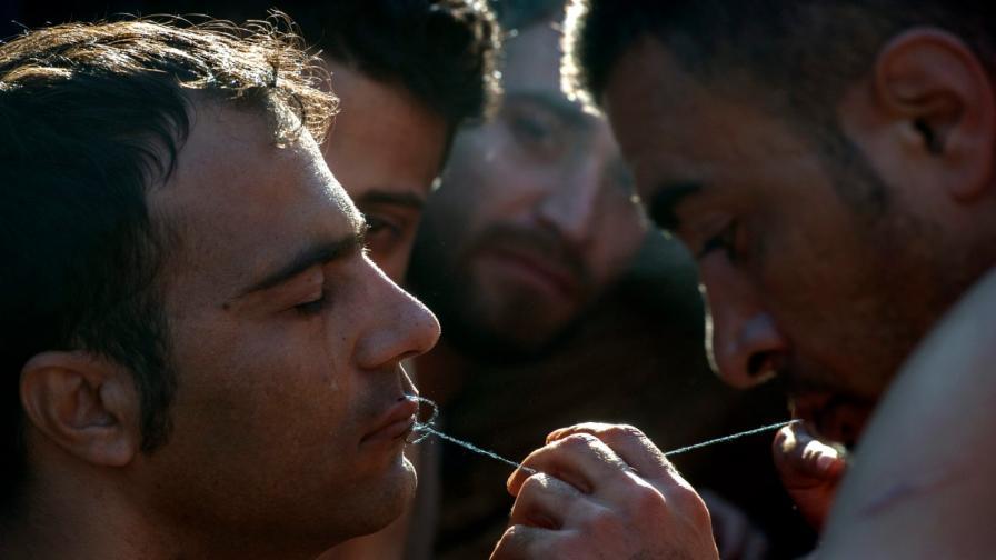 Мигранти зашиха устите си в знак на протест
