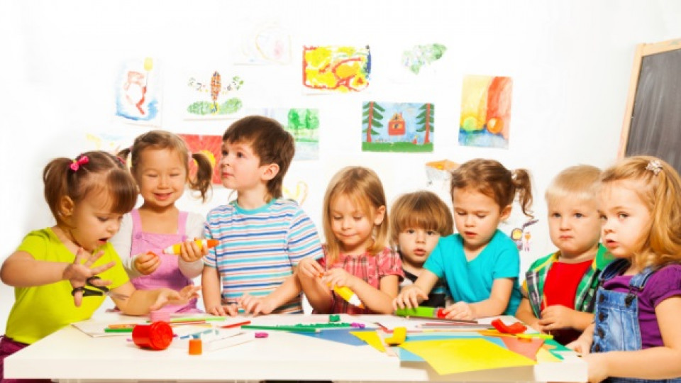 Детски забавления с ножица и цветна хартия