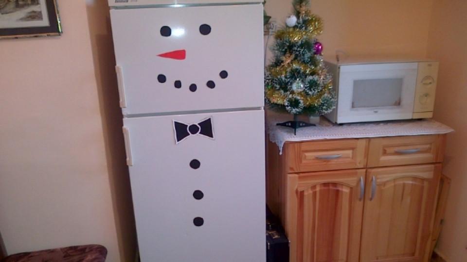 Хладилник като снежен човек и играчки от сладки