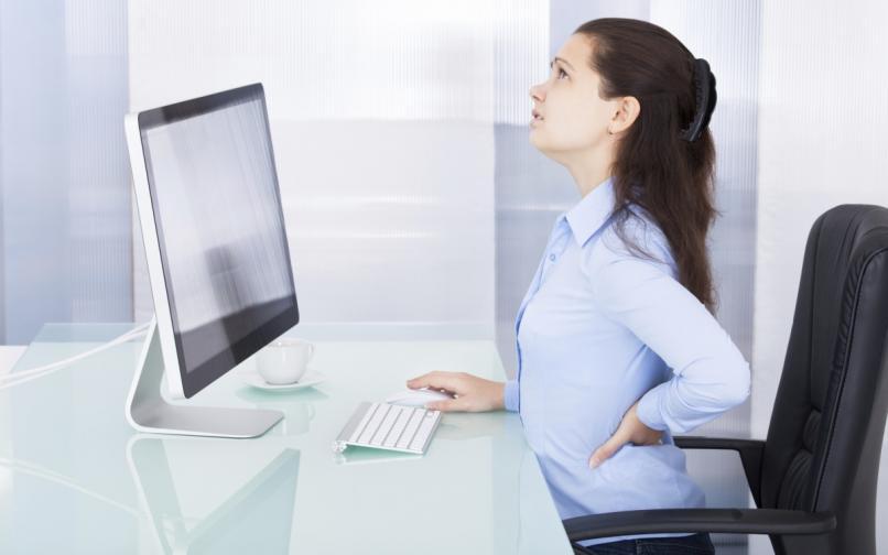 седене офис жена болка в гърба компютър бюро