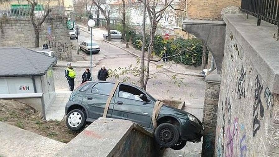 Шофьорка качи кола на стълби (видео)
